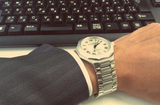 腕時計をはめている男性の腕